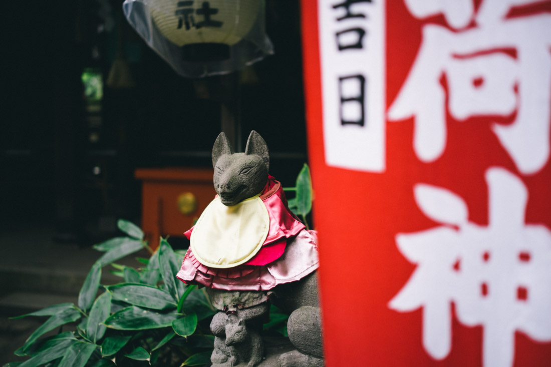 Fox statue at Hanazono Inari.