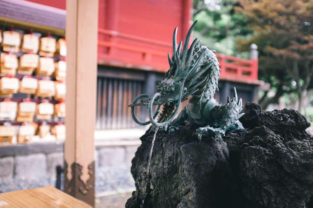 A dragon statue guards the chōzuya‎.